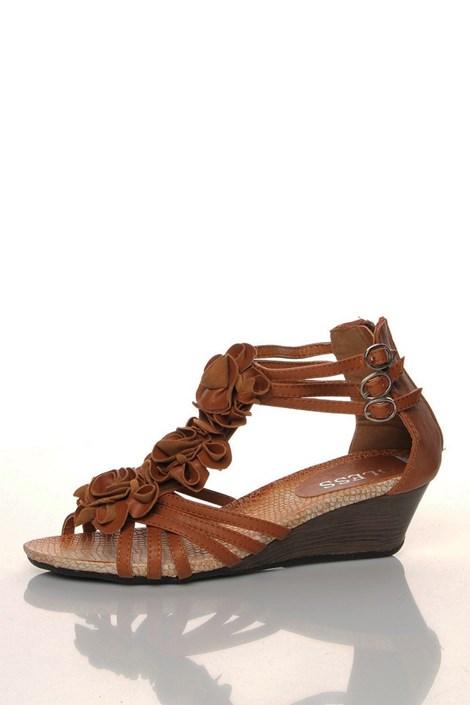 Hnědé páskové sandály na klínku